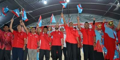 慕克里(前排左5)率领吉打希联国州候选人齐挥希联旗帜。