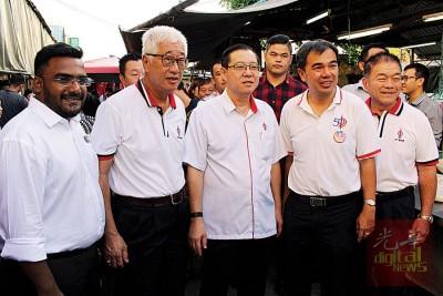 民主行动党人马受民众热烈欢迎,左起沙迪斯、彭文宝、林冠英、孙意志及原任峇眼惹玛州议员林峰成。