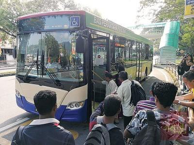 乘客一窝蜂乘搭亚依淡免费巴士,当中不少是外劳。