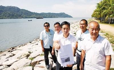 胡栋强(中)促请州政府出面解释有关Penang Property Talk网站发布的木蔻山综合发展计划。左起为林文辉、许翔茗、林毓仁、吴锺英。
