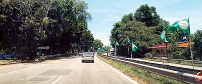 """东部环绕公路四处都是""""月亮""""旗帜。"""