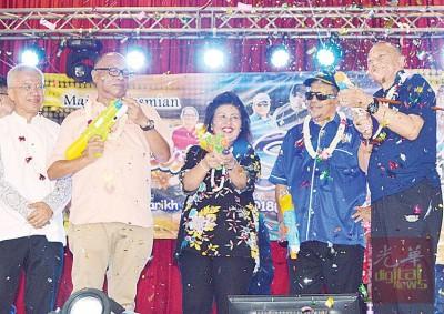 秀春(左3)与嘉宾使用玩具水枪在舞台上喷射水,为泼水节嘉年华主持开幕。右1及2为纳兹里及玻州国阵主席拿督斯里沙希淡。