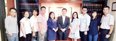 倪可敏在联访后与各中文报媒体合摄。