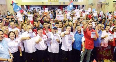 整整槟州希联准候选人及现场支持者高举竞选宣言册子,场面声势浩大。