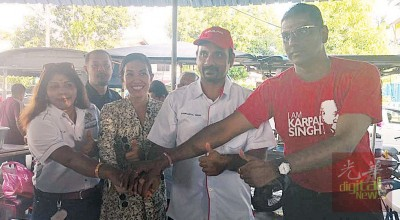 卡拉(左起)、瑟丽娜、蓝卡巴以及雷尔联名握手,表示彼此是团结竞选团队。