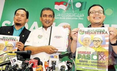 达基尤丁(中)手握伊斯兰党候选人名单。左起为凯鲁法兹及凯鲁法米。