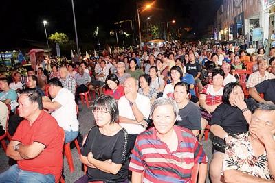 """""""与民共换,坚持改变""""政治座谈会吸引逾千民众出席聆听。"""