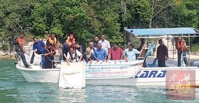 法力及娜莱莎将鱼苗撒入浮罗勿洞海域。