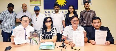 梁柏耀律师(前排左起)、黄女士、陈元虎和拿督黄明山律师与其他受害者,一同向媒体揭发黄金骗局。