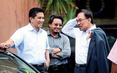 阿兹敏(左)与安华有多年的师徒之情,再加上本身在党内外所掌握的实力和资源,在议席谈判上占有一定优势。
