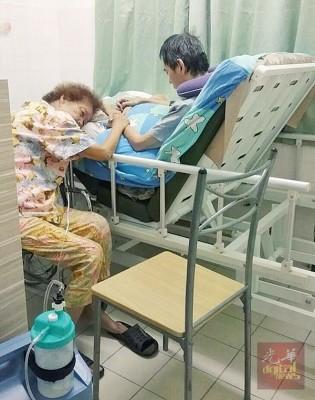 蒋竹余孜孜不倦照顾庄国荣,劳动了便躺在病榻上,镜头温馨。