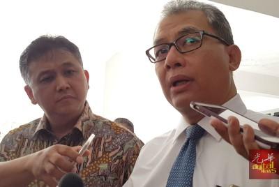 安德诺(左起)及伊万沙代表印尼领事馆出庭聆讯,并接受媒体采访。