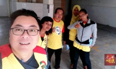 严文隆(左)与团队拜访班台惹雅区多栋廉价组屋期间,发生两段小插曲。
