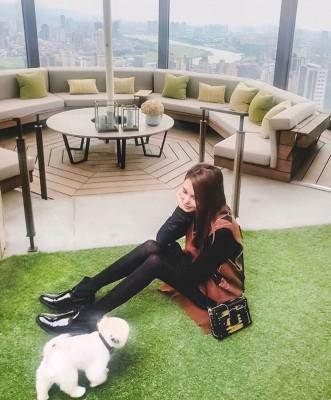 昆凌昨在IG曝光豪宅一隅,这次除了有360度观景台,还有人造草坪。