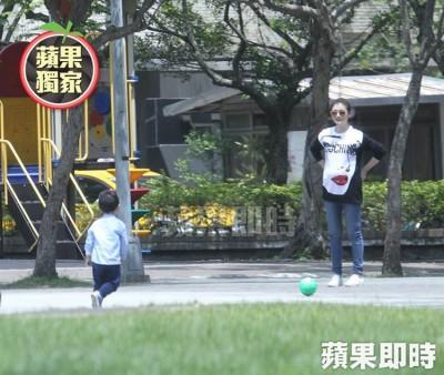 大S陪儿子在公园踢球,撑腰时才看出明显的孕肚隆起。