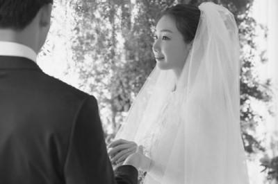 (右)上月29天闪婚30多年度的科技新贵圈外男友。