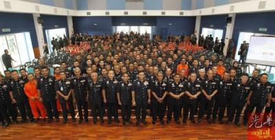 祖基菲里(前排右8)与出席汇报会的警员合摄。