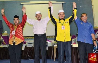 上届胜出的峇眼色海1国3州议员,除了查哇威(右2)因病让位外,其他的都继续守土,左起:诺阿兹米(国阵)、胡先汀(伊党)、桑末沙哈(国阵)。