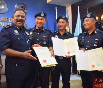 达威甘(左起)颁发褒奖状予再迪沙烈、菲迪里及梅卡。
