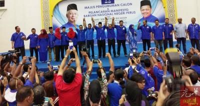 玻璃市国阵宣布3皇家15州候选人。