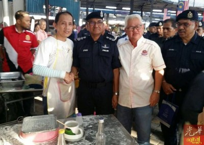 弗兹到巴刹拜访小贩,吉辇贩商公会主席洪本兴也陪同合影。