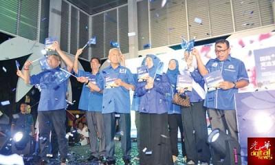 阿末扎希(左3)周六晚在峇眼拿督waterfront广场宣布对华裔的18项竞选承诺。