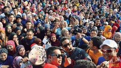 """槟城站""""Fit Malaysia""""走嘉年华吸引2万5000人口到创下纪录,凯里和出席者自拍留念。"""