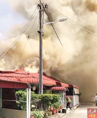 发生火患住家冒出滚滚浓烟,非常骇人。