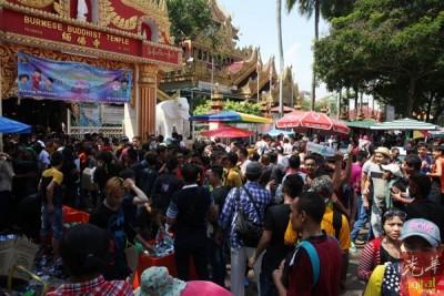 由于缅佛寺及泰佛寺在同日进行泼水节,使得寺庙门前的人潮挤得水泄不通。