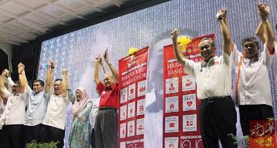 马哈迪(左6)为柔州希联推介竞选宣言。左起沙拉胡丁、阿兹敏阿里、林冠英、旺阿兹莎、林吉祥、慕尤丁和末沙布。
