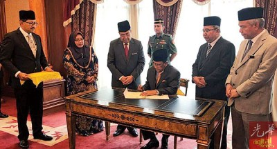 阿末巴沙(左3)觐见吉打州苏丹沙烈胡丁殿下,得御准解散州议会,左2啊诺阿朱拉,右起峇卡丁与罗还。