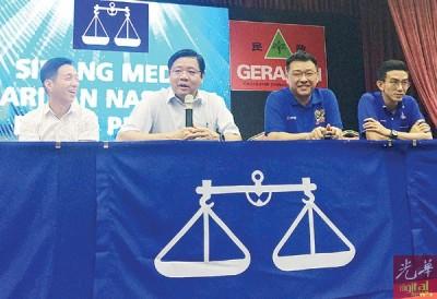 邓章耀(左2)在胡栋强(左起)、方志伟及黄志毅的陪同下指出,槟州民政党与槟州马华已确定,将会于此届大选中交换马章武莫及爪夷州选区。