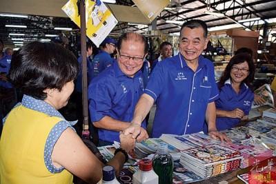陈德钦(右2)向选民了解民声,随行者包括吴瑞音(右)及魏木荣(右3)。