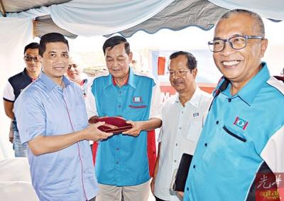 高水良(左2)代表公正党加央区部赠送纪念品给阿兹敏(左1)。右1费苏。