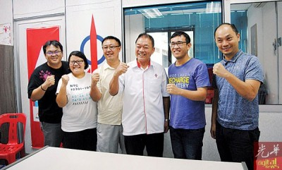 林峰成与他的服务团队,左起叶进强、谢艾玲、朱悦权,右起游子兴及罗伟鹏。
