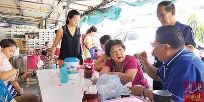 马华峇眼区会团队走访民间展开拜票活动,图摄于麦曼珍巴刹。