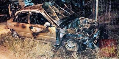 其中一辆轿车遭烧毁后,毁损不揕。