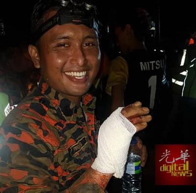 消拯员在搜救工作过程中手部受伤,但没有大碍。(照片取自消拯局脸书)