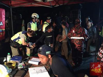 搜救人员检查登山客的身体情况。(照片取自消拯局脸书)