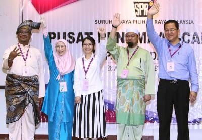 班丹国席5名候选人,先礼后兵,挥手争取支持。左起是凯鲁阿占、旺阿兹莎、李映霞、莫哈末苏克里和梁国伟。