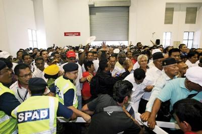 公交人员试图阻止万人争夺,却为时已晚。