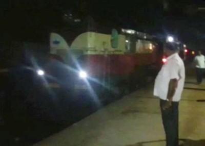 火车的车厢脱离了火车头。
