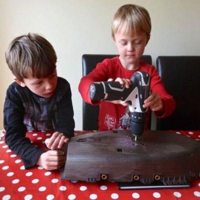 奥利与哈利亲手建造历险号。