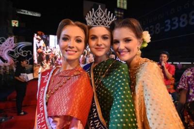 泰国泼水节选美比赛,由荷兰小姐(中)夺冠。