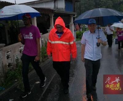 行动党候选人李俊杰及王康立一早抵达丰盛园,视察该区雨后的状况。