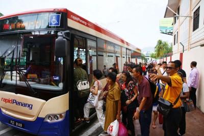 快通员工到场引导群众转乘巴士到商务,而4部免费巴士同时到站,漫情况显得失控。