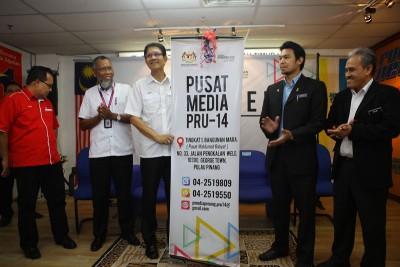 再纳阿比丁(左3)主持槟州新闻局大选媒体中心开幕礼,左起为阿祖鲁、莫哈末夫安、哈菲兹及希尔米陪同。