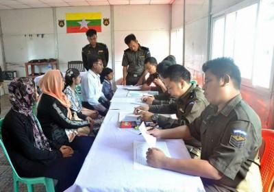 管理者也该个回国的罗兴亚难民家庭(左)做手续。