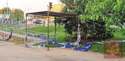 位于老街场的国阵海报被割断掉了满地。