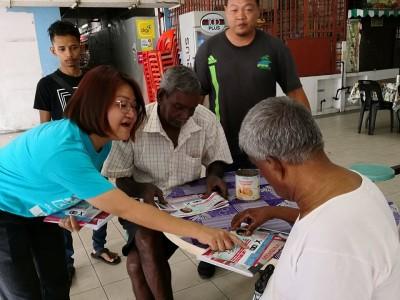 林秀琴(左)向乐龄选民拜票时,叮咛支持希联记得投蓝眼。